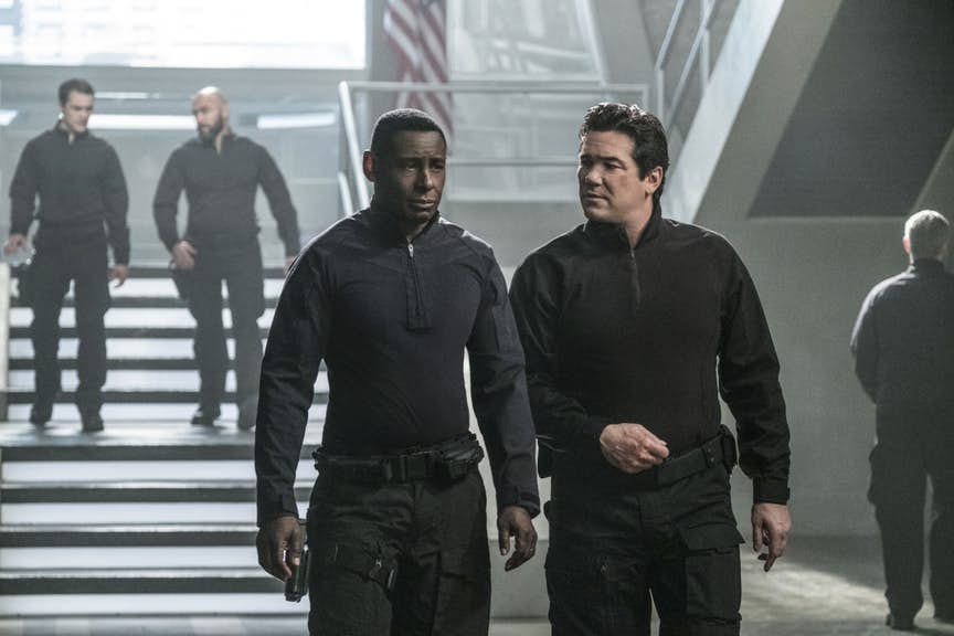 Former Superman Dean Cain walks through the DEO with J'onn J'onzz (David Harewood).